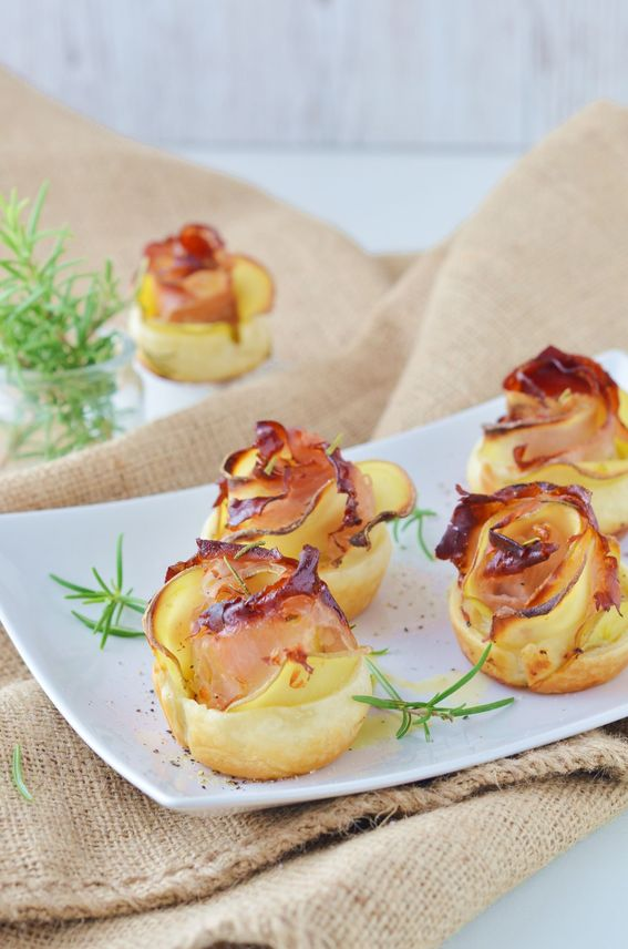 Rose di patate con pasta sfoglia speck e prosciutto