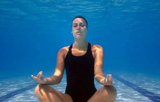i benefici dello yoga per chi nuota