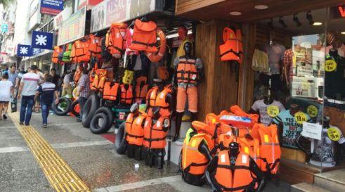 Smirne, la capitale dei giubbotti di salvataggio