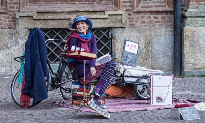 Chiara Trevisan, la lettrice vis à vis che legge le storie ai passanti