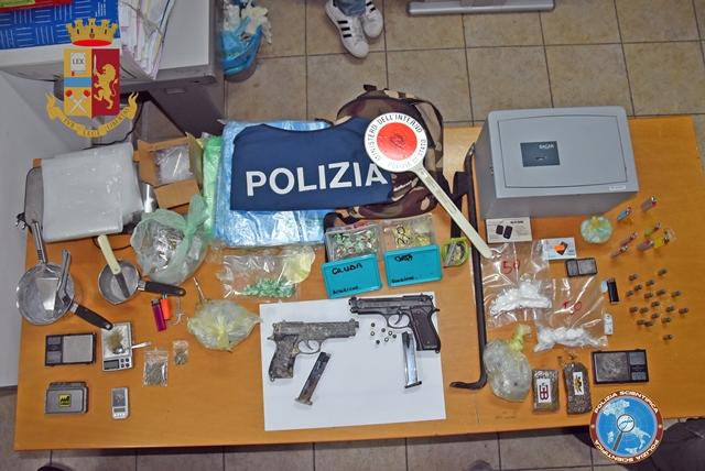 Siracusa, sotto assedio la piazza dello spaccio: arrestati 3 giovani per armi e droga