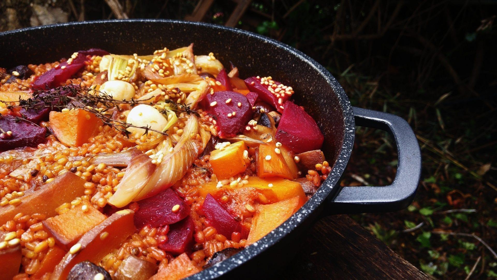 קדירת חורף טבעונית מהבילה של פטריות, ירקות שורש ויין אדום