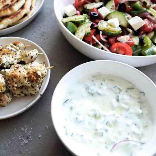 Tzatziki met salade en souvlaki