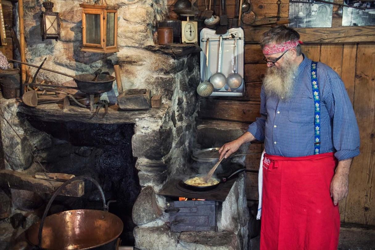 Grossvater Julian Cathomas am kochen