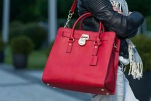 赤色のショルダーバッグを持つ女性