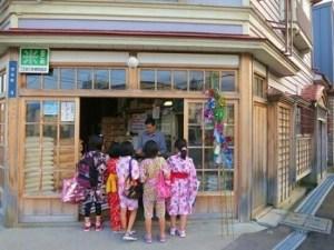 北海道の七夕の日にローソクもらいをする小学生たち