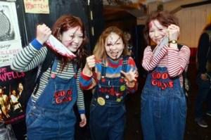 ハロウィンにチャッキーの仮装をする女性3名