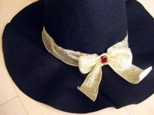 ハロウィンの魔女帽子のリボンを接着