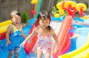 家庭用のビニールプールで遊ぶ子供達