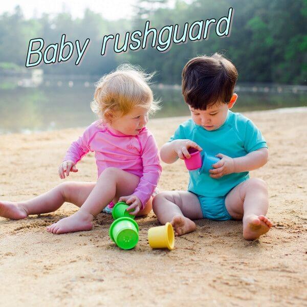 ビーチでラッシュガードを着て遊ぶ赤ちゃん「