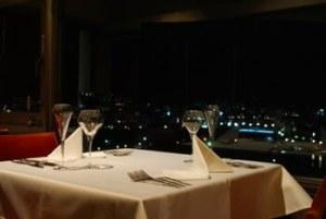 夜景が見えるレストランディナー