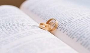 本の間に挟まれた指輪