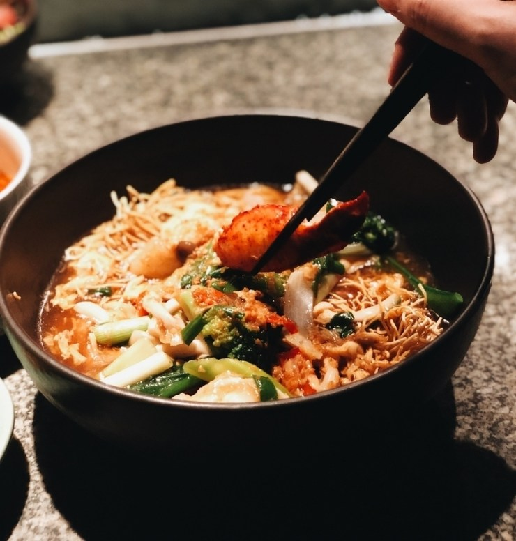 Wok fried lobster noodles