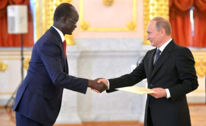 Telar Ring Deng shakes hands with Russia Premier (Photo/Scoopnest)