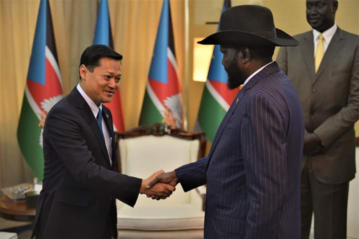 South Sudan President Salva Kiir Mayardiit and deputy head of Malaysian Oil company Petronas Anwar Taib meeting in Juba (photo: file)