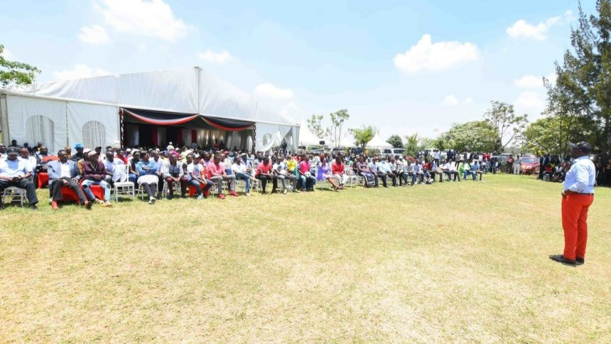 DP William Samoei Ruto briefing a crowd of youth and politicians at the Karen residence(Photo credit: DP Ruto profiles/Nyamilepedia)