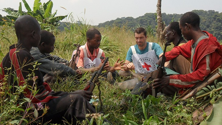 AN ICRC DELEGATE ENGAGES WITH AN ARMED GROUP TO EXPLAIN THE IMPORTANCE OF PROTECTING HEALTH CARE PERSONNEL AND HOPSPITALS.(Photo credit: Courtesy image/ICRC)