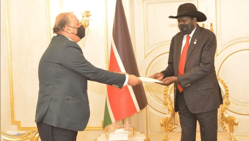 Secretary General of the Arab League, Aboul Gheit, handing over a letter to president Kiir endorsing Sudan peace agreement(Photo credit: OoPSK/Nyamilepedia)
