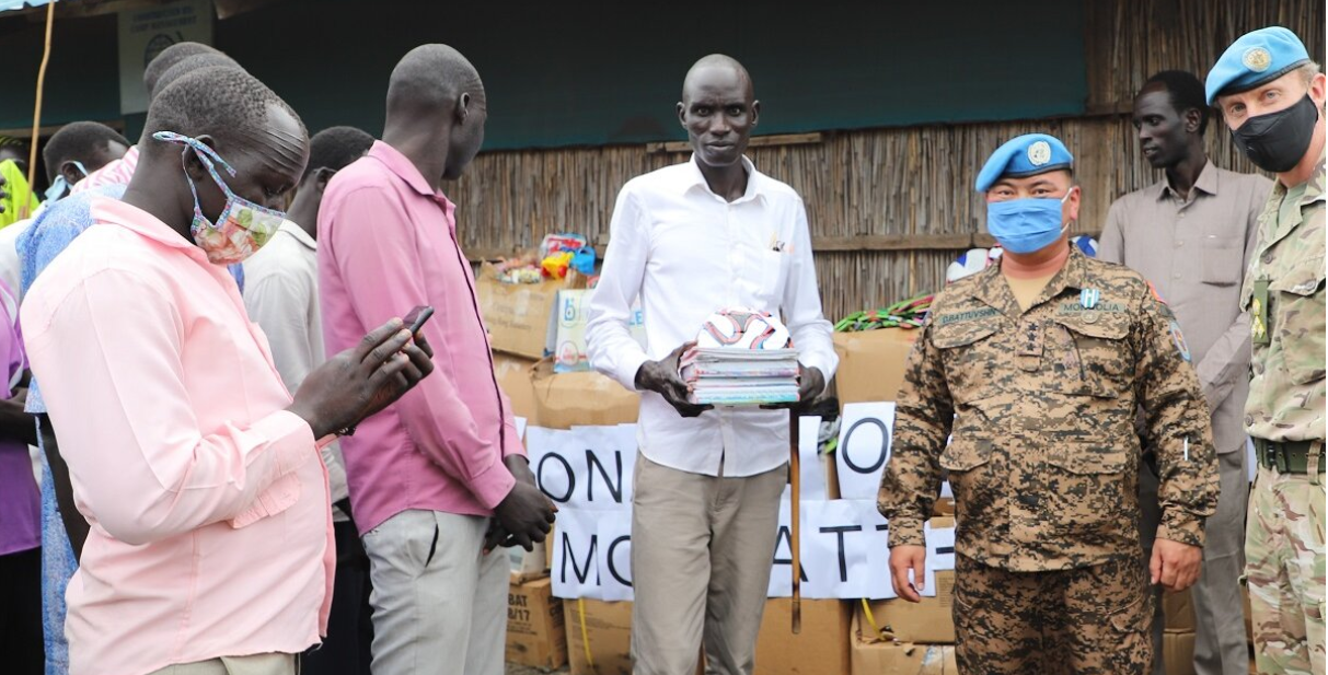 Mogolian peacekeepers handing over school items to beneficieries in Bentiu, Unity State, South Sudan(Photo credit: file)