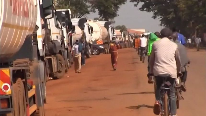 Heavy-goods vehicles queue in Busia as far as the eye can see on Sunday(Photo credit: courtesy image/Nyamilepedia)
