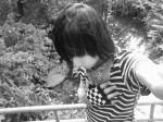 Henne am Fluss in Schwarz-Weiß