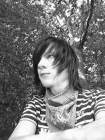 Henne mit Headset im Parkwald