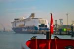 Die Color Magic und Fantasy sind laut Betreiber die weltgrößten Kreuzfahrtschiffe mit Auto- und LKW-Deck (HDR)