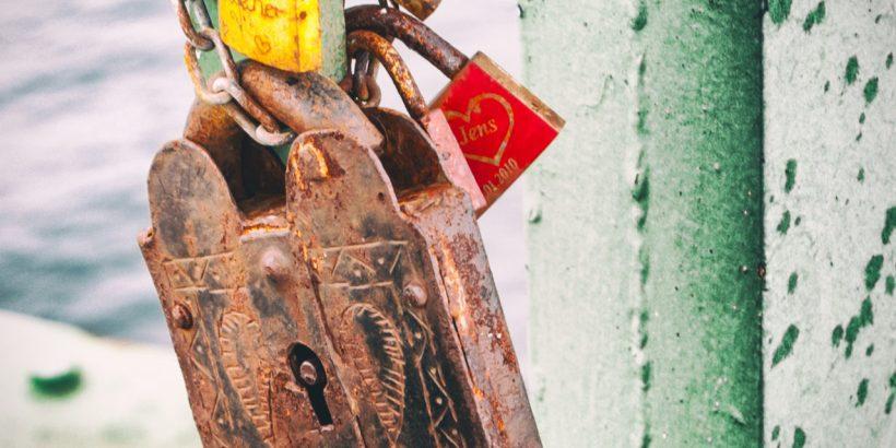 Rostige Liebesschlösser an der Fehmarnsundbrücke