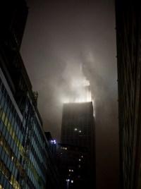 New York Empire State Building in dunklen Wolken