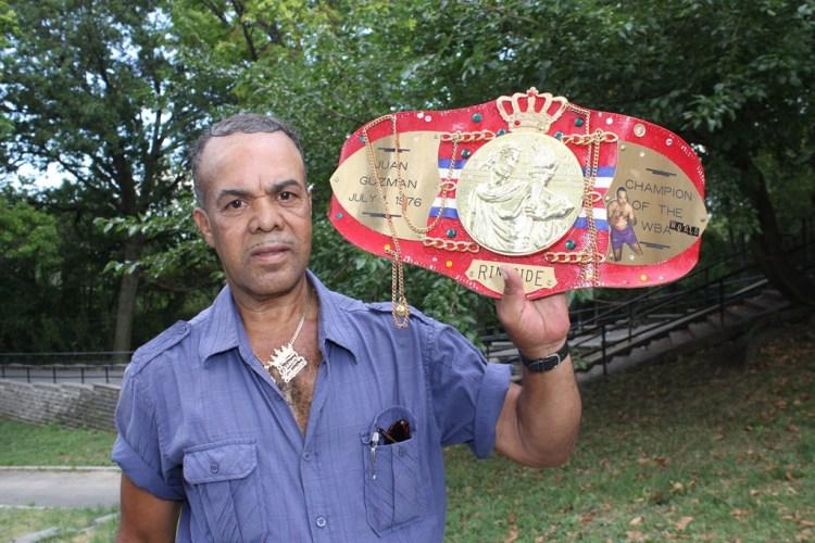 Juan Guzmán, porta en su cintura, la faja que le entregó la revista Ring Side en el 2011, una réplica de la que ganó en 1976, pero que nunca llegó a las manos de fenecido atleta.