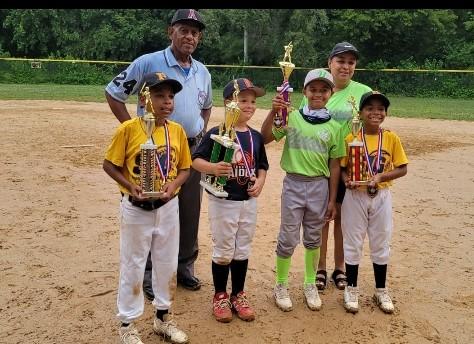 EL MAS VALIOSO Elvis Mordan y los jugadores sobresalientes del Partido Ariendy Trinidad, Richie Cruz y Víctor Castillo, galardonados por Luis Cruz y Yesenia Reyes.