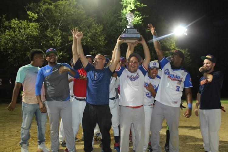 Eddy Fernández, manager de los campeones de Arenoso, levanta jubiloso el trofeo que conquistaron. (Foto / Martín Zapata)