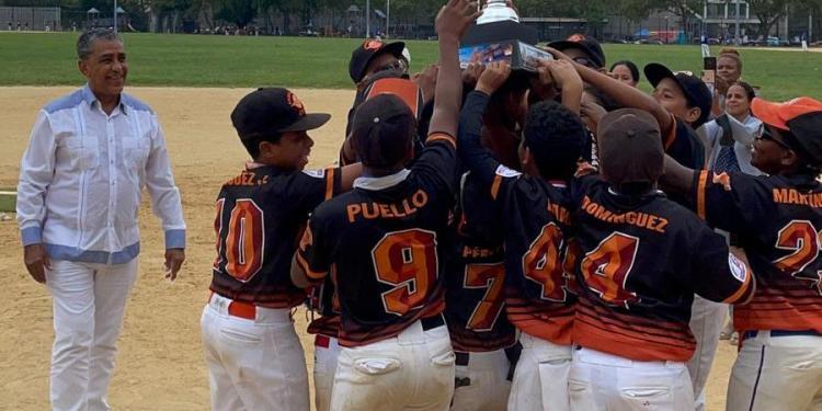 El Congresista Adriano Espaillat (izq.), observa los niños de Gran Slam Foundation, celebrando el campeonato conquistado. (Foto / Martín Zapata)
