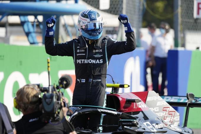 Valtteri Bottas, festeja su triunfo en el sprint de clasificación del GP de Italia de Fórmula 1 en Monza, Italia, sábado 11 de setiembre de 2021. En la carrera del domingo, Max Verstappen ocupará la pole y Bottas el último puesto de largada debido a una sanción. (AP Foto/Luca Bruno)