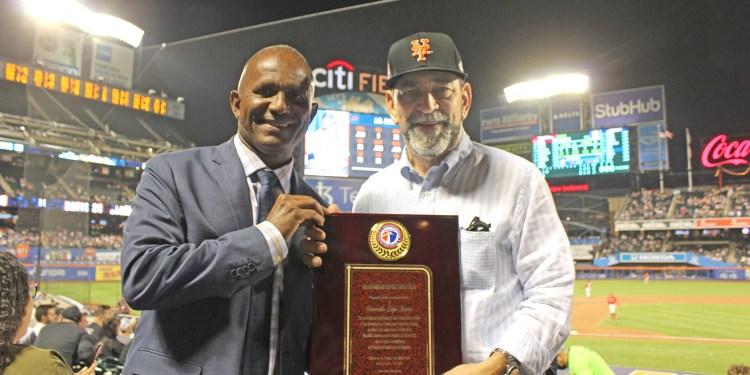 Daniel Reyes, (Izq.), premia el esfuerzo y servicio comunitario del Cónsul dominicano en Nueva York, Don Eligio Jáquez.