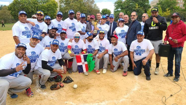 El equipo campeón Bronx City Auto Repair recibe la copa de parte del presidente de la Corporación High Class, señor Antonio –Tuly- Cabrera y directivos de la compañía.