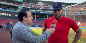 Eduardo Rodríguez entrevista por Neftalí Medina en Fenway Park.