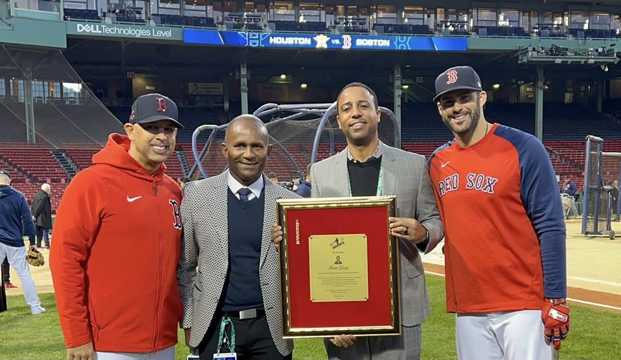 Programa televisión 'Béisbol en Acción' reconoce a Kevin Gregg director relaciones públicas Medias Rojas de Boston