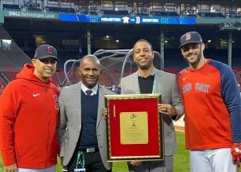 Daniel Reyes, Alex Cora,  y J.D. Martínez, reconocen a Kevin Gregg, director de relaciones públicas de los Medias Rojas de Boston.