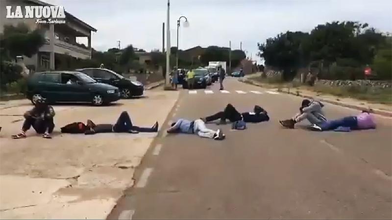 Sudanilaiset tukkivat tien Italiassa vaatien älypuhelimia (video)