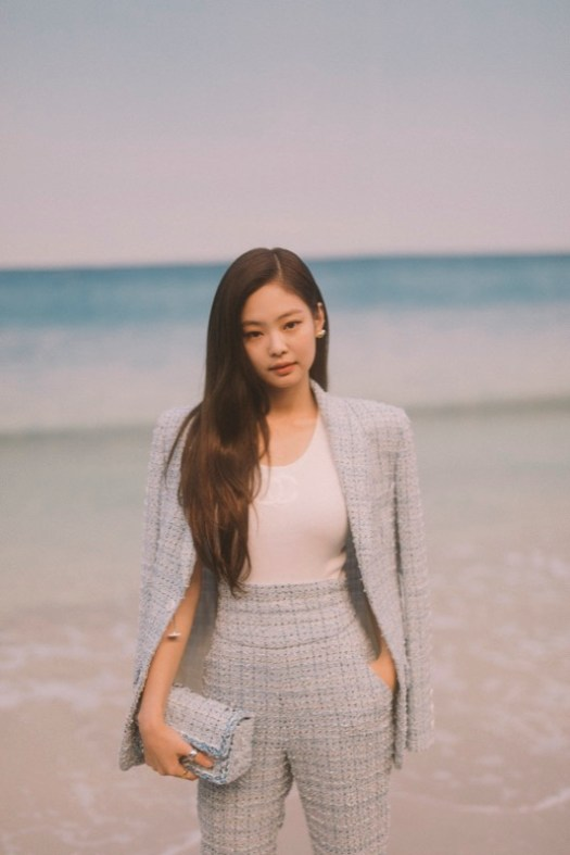 Jennie Kim, CHANEL Ambassador, wore a light blue tweed suit, look 28, from the Cruise 2019 Ready-to-Wear collection. CHANEL bag & shoes. CHANEL Makeup
