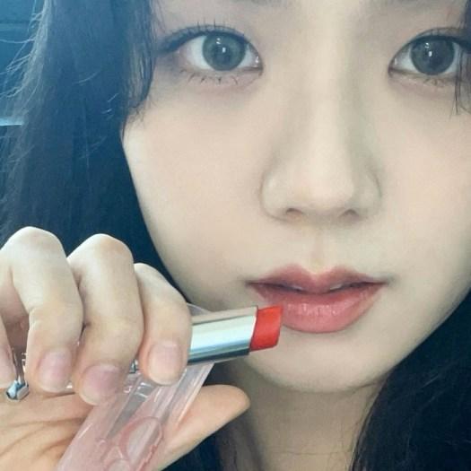 Jisoo wearing 025 Seoul Scarlet