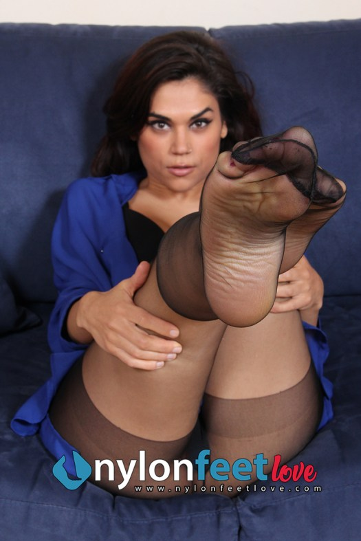 Sexy Chiara with black nylons, shows her feet
