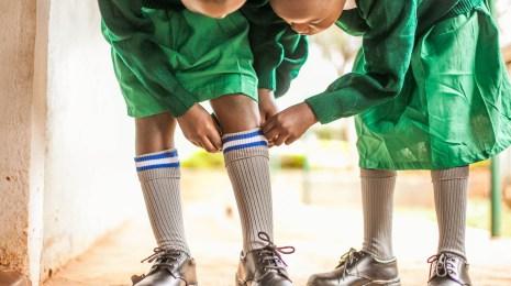 Neue Schuhe und Uniformen für die Nyota Primary Schüler