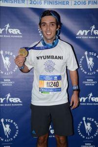 2016-nycmarathon-medal-pose