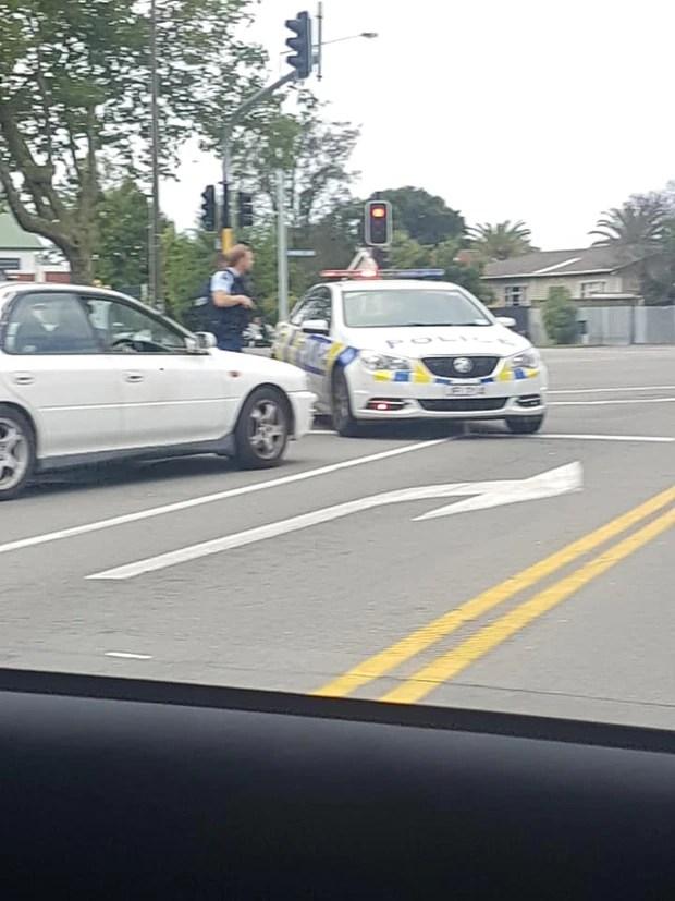 La policía armada se puede ver en las calles centrales de Christchurch. Foto / Jacob Savage