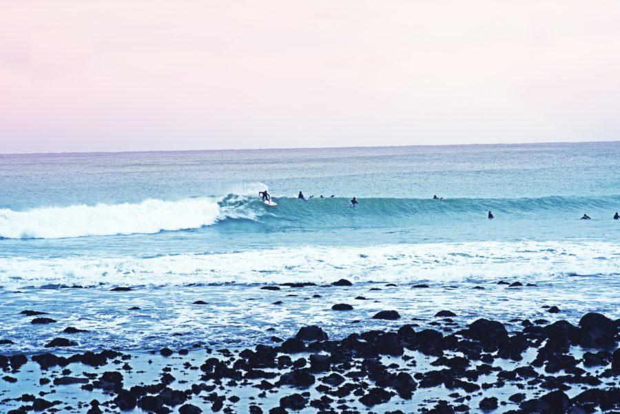 他のサーファーをよく観察して、安全な波の選び方を理解しよう