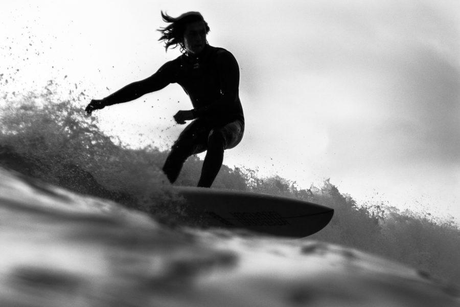腕をリラックスして重心を落とすこともサーフィンの基本姿勢において重要