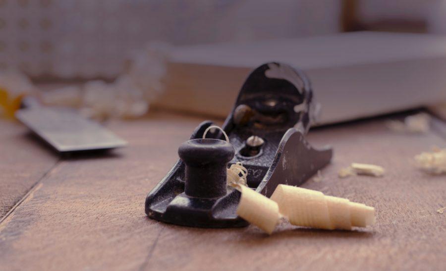 カンナは木製サーフボードの仕上げに必要不可欠