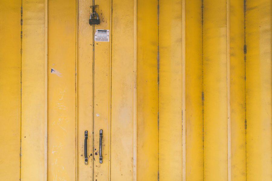 倉庫でサーフボードを管理すれば、家のスペースを確保できる
